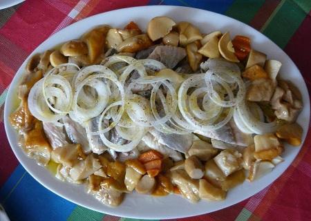 закуска из сельди с маринованными опятами