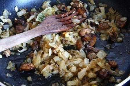 салат из курицы с черносливом, грибами и орехами