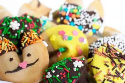 печенье сначала выпекаем, затем вкладываем записки с пожеланиями