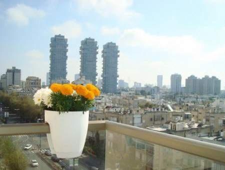 удивительно, насколько горшки с цветами могут создать уют и красоту на балконе