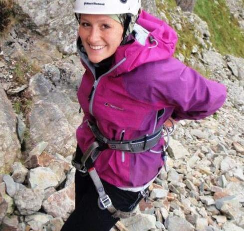 мама - альпинистка берет свою маленькую дочку в горы с четырехмесячного возраста