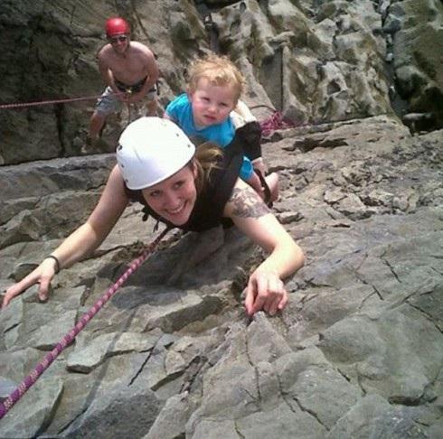 невероятный риск - с четырех месяцев мама берет ребенка в горы