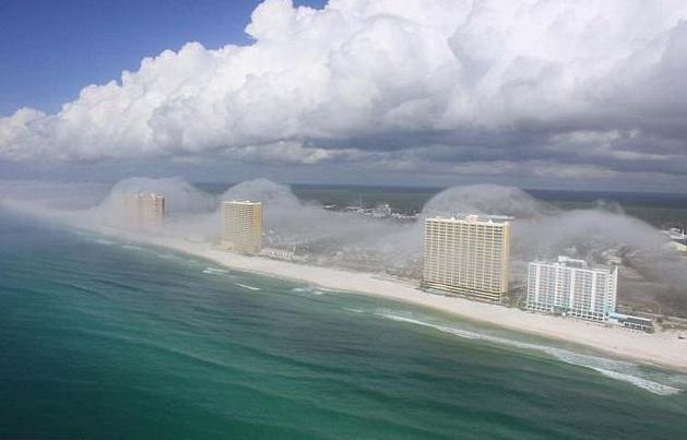 Создается впечатление, что гигантская волна поглатила побережье Флориды.