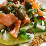 Картофельный салат с лососем и соусом из базилика