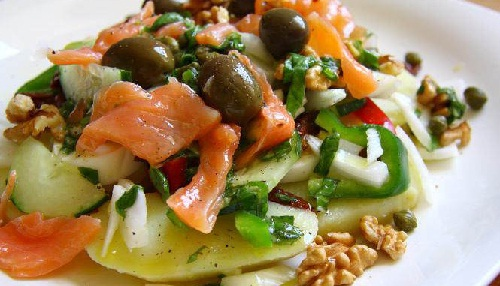 Картофельный салат с лососем и соусом из базилика легко может заменить обед или ужин