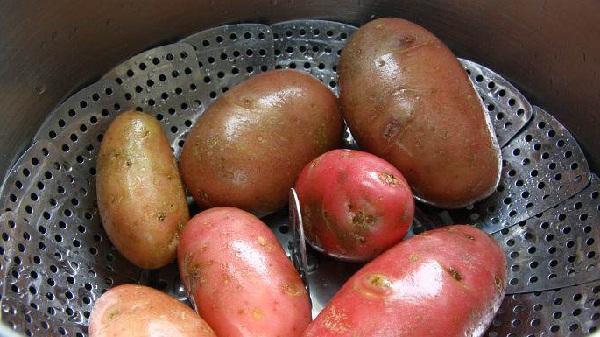 картофель промываем и отвариваем на пару