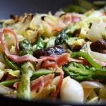Овощной салат с грибами и беконом