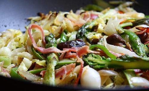 Все овощи обжариваем в сковороде Вок.