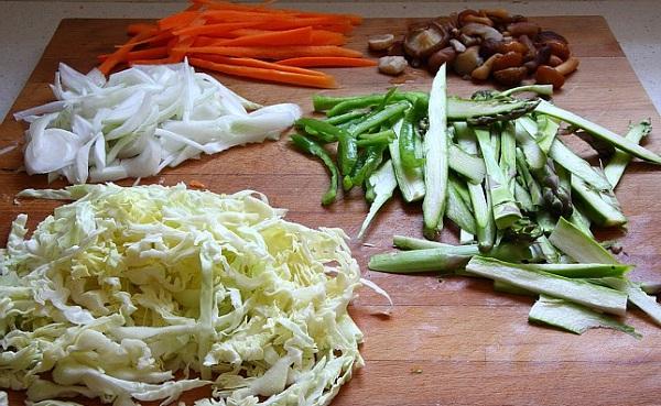 Овощи нарезаем соломкой