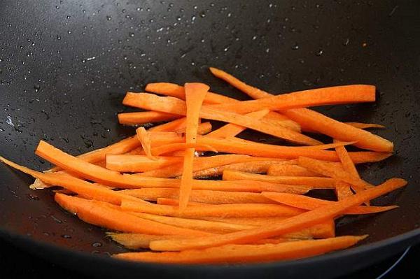 Морковь обжариваем минуты 4
