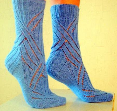 синие ажурные носки - великолепная модель для вязания спицами