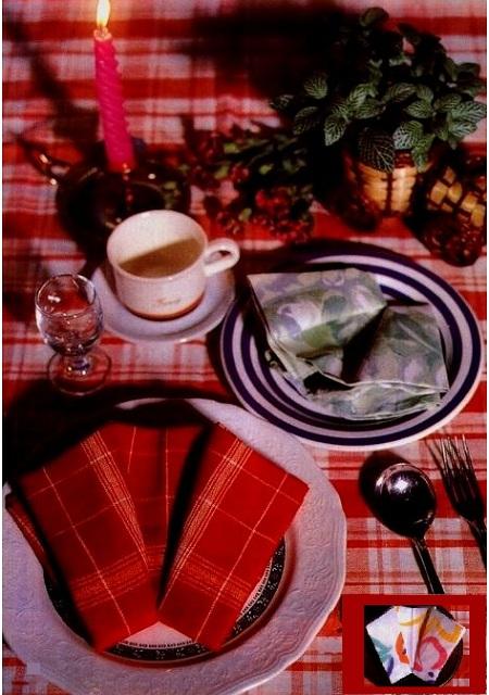 """фото стола украшенный салфетками свернутыми способом """"Корона"""""""