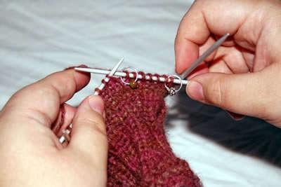 учимся вязать большой палец варежки клином