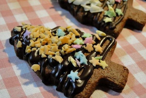 песочное новогоднее печенье в шоколадной глазури