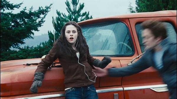 сцена из фильма, где на Белле вязаные варежки