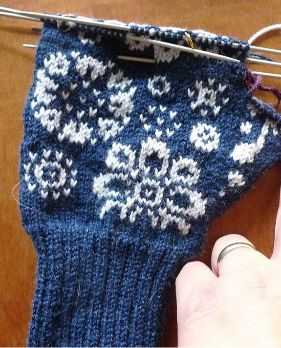 как связать зимние варежки с цветочным узором