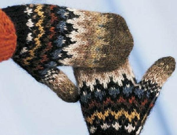 второй вариант деревенских зимних варежек связанных из шерсти