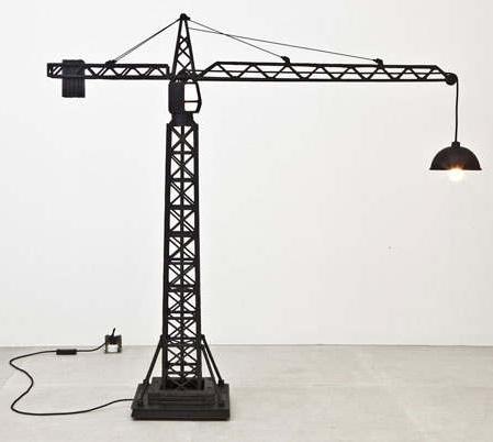 необычный светильник в форме подъемного крана