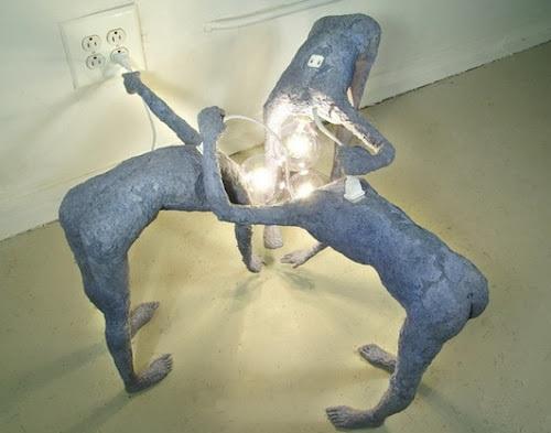 необычный светильник в форме людей